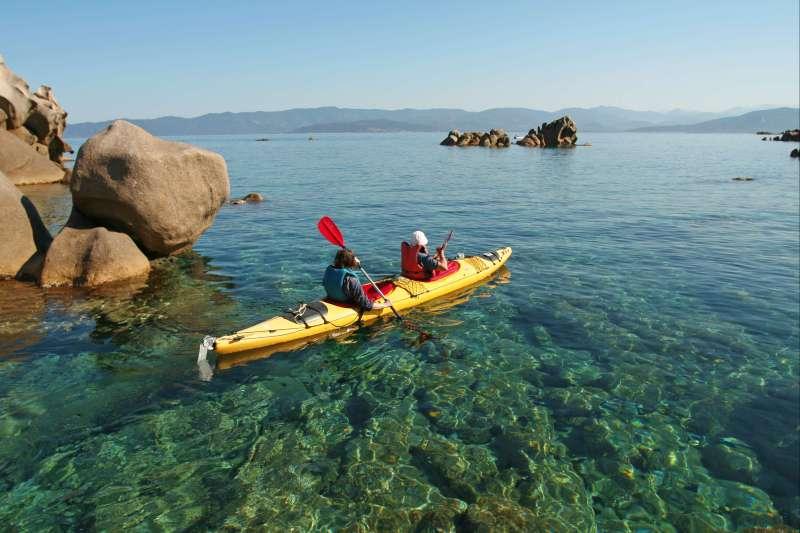 Voyage sur l'eau : Les criques cachées de l\'île de Beauté