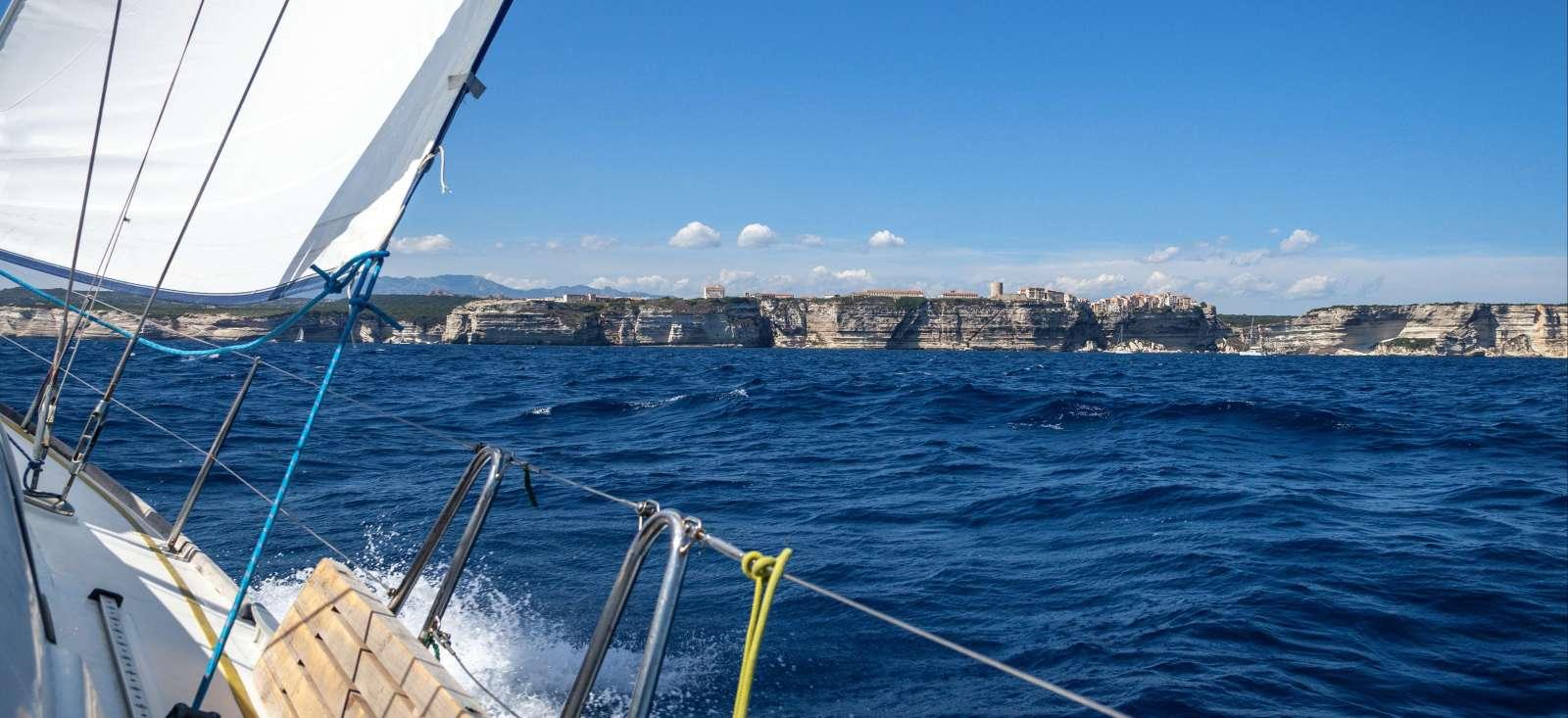 Voyage sur l'eau : L\'aventure à la voile sur l\'île de Beauté !
