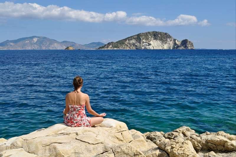 Image Yoga et voile active dans les Cyclades