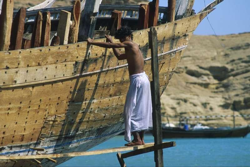 Image Rando et bateau dans les fjords d'Ormuz