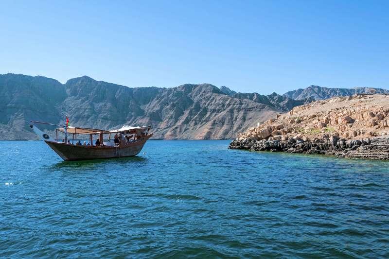 Voyage sur l'eau : Comme un boutre en train dans les fjords d\'Arabie!