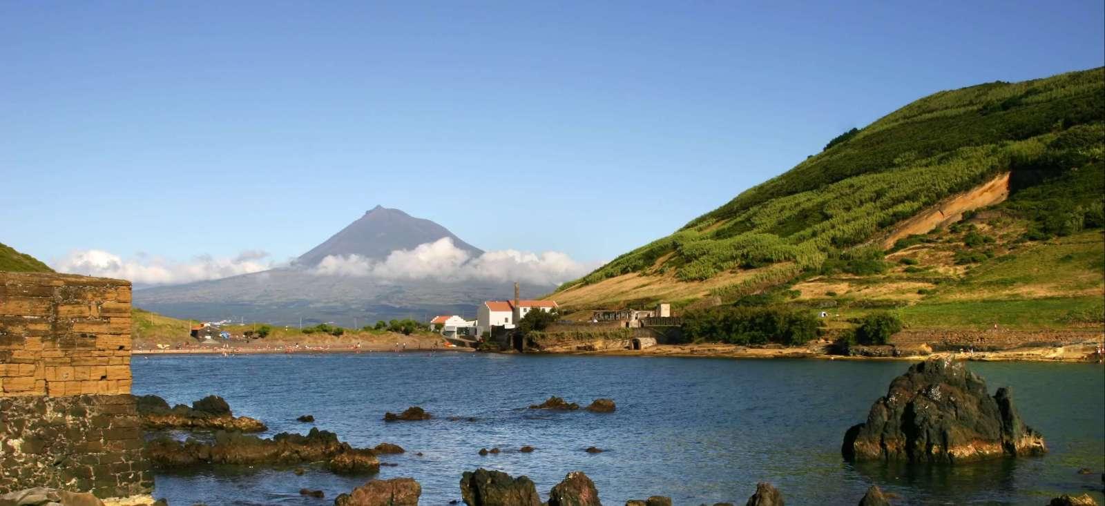 Voyage à pied : Iles, volcans et baleines bleues !
