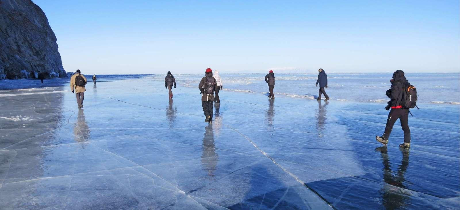 Voyage à pied : Immersion hivernale au royaume de glace