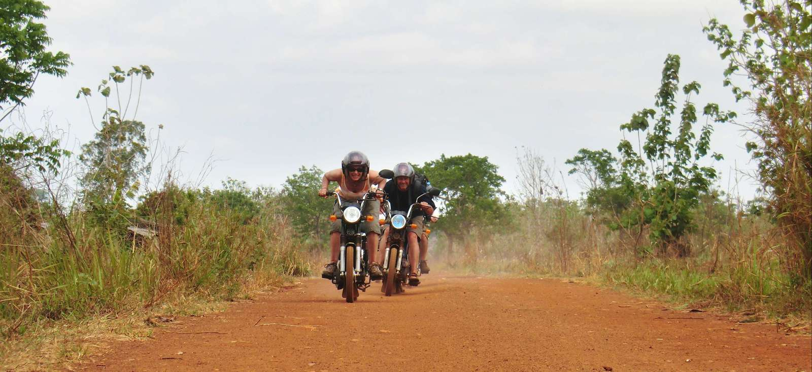 Voyage à moto : Au pays des Nanas Benz à mobylette